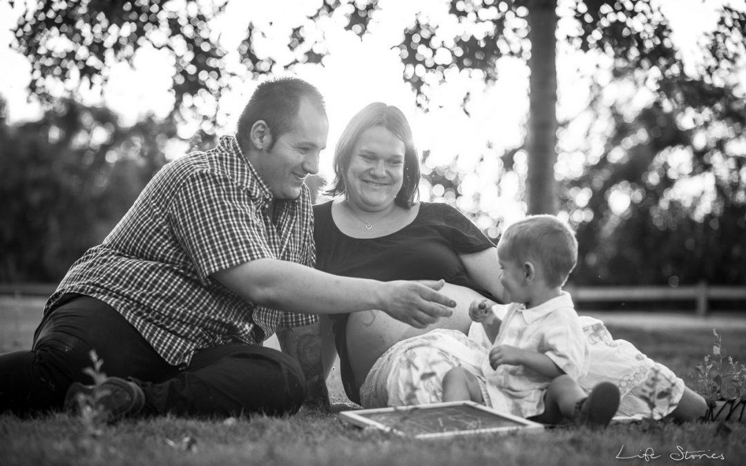 Reportaje de embarazada en familia. Un paseo por la mitjana